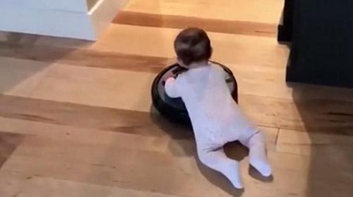 Temizlikçi bebek iş başında
