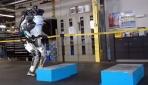 Atlas robot havada ters takla atıyor