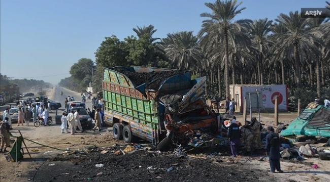 Kömür yüklü kamyon yolcu otobüsünün üzerine devrildi: 14 ölü