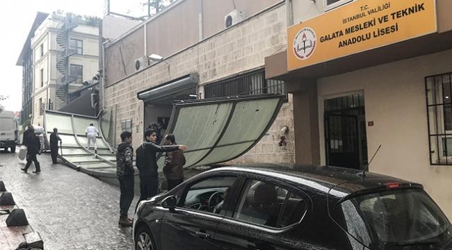 İstanbulda fırtına öğretmenevinin çatısını uçurdu