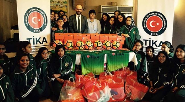 Pakistanlı kadın futbolculara TİKA forması