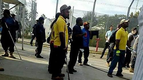 Manus Adasındaki gözaltı merkezini terk etmeyen mültecilere operasyon