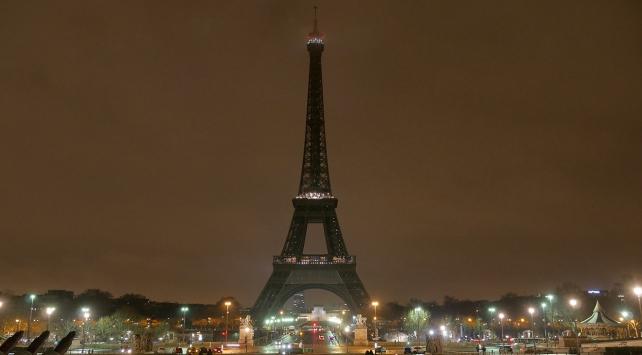 Eyfel Kulesinin ışıkları Yeni Zelanda için karartıldı