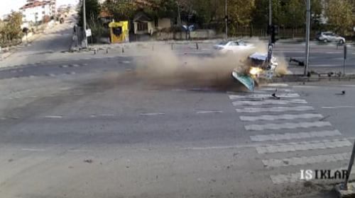 Lüks aracın çarptığı otomobil sürücüsü araçtan böyle fırladı