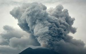 Endonezyadaki Agung Yanardağı tehlikesi büyüyor