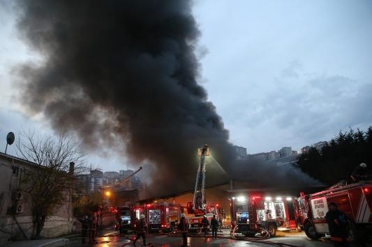 Alibeyköydeki yangın 2 saatlik çalışmanın ardından söndürüldü