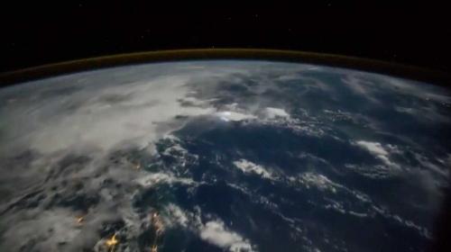 Gökyüzünü aydınlatan yıldırım çarpmaları uzaydan görüntülendi