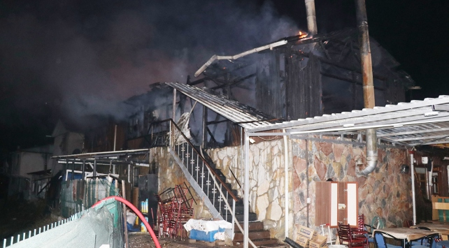 Düzcede çıkan yangında iki iş yeri kül oldu
