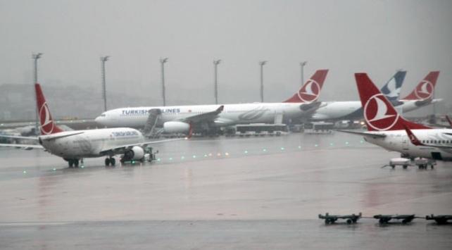 Yıldırım isabet eden THY uçağı havalimanına döndü