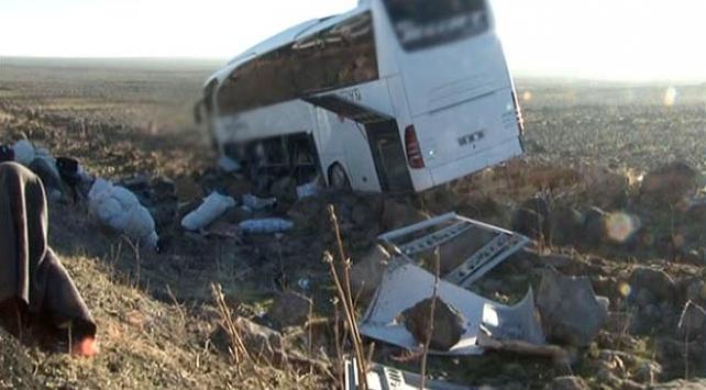Diyarbakır-Şanlıurfa yolunda yolcu otobüsü şarampole devrildi