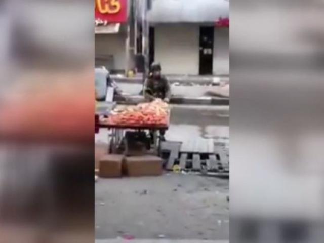 İsrailli asker tezgahtan elmayı böyle çaldı