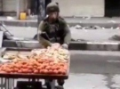 Filistinli satıcıdan elma çalan İsrail askeri kamerada