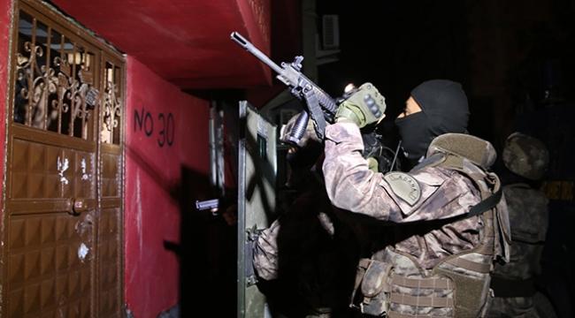 Adanada şafak vakti 12 adrese uyuşturucu baskını: 13 gözaltı