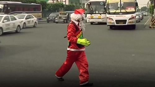 Trafiği dans ederek idare eden bir trafik polisi