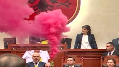 Arnavutluk Parlamentosunda eylem