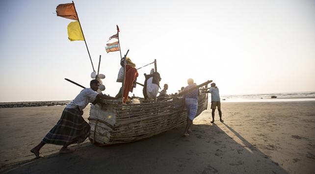 Bambudan tekneyle okyanusta ekmek kavgası