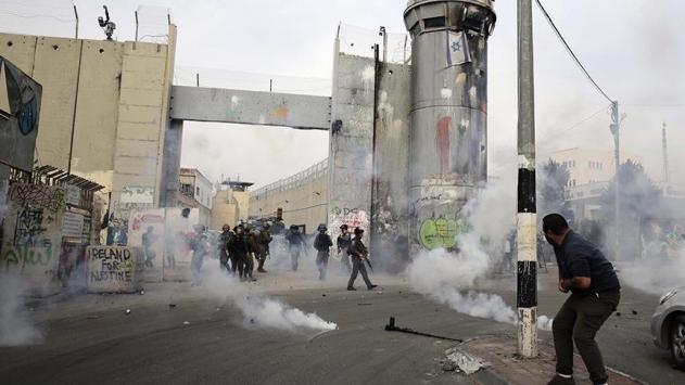 İsrail askerleri Noel Babalı göstericilere müdahale etti