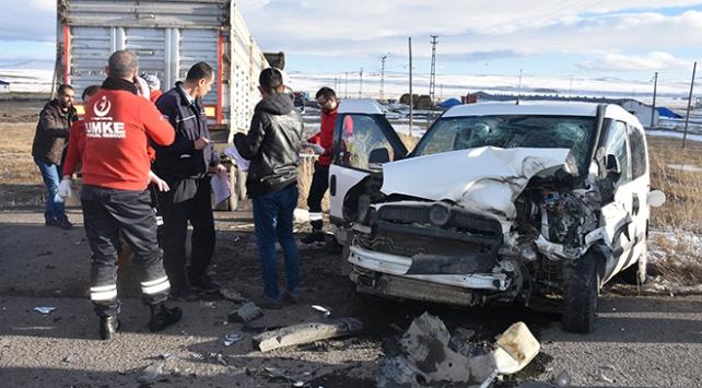 Karsta askeri araç ile tır çarpıştı: 7 asker yaralı