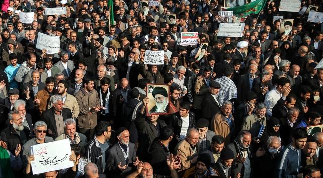 İranda rejim yanlılarından karşı eylem