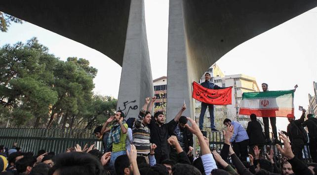 Rejim karşıtı göstericiler, İranın Orta Doğu siyasetini eleştiriyor