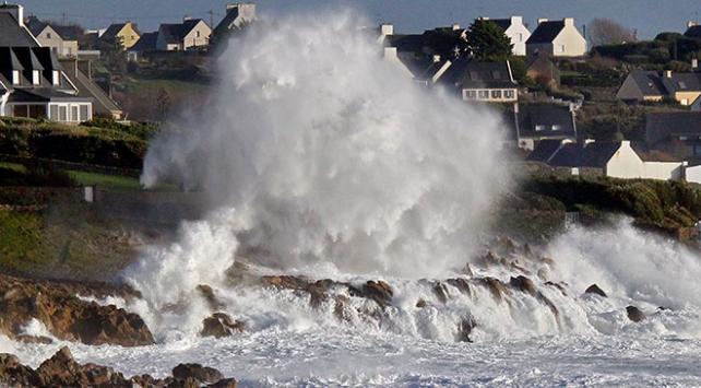 Fransada şiddetli fırtına 40 bölgeyi turuncu alarma geçirdi