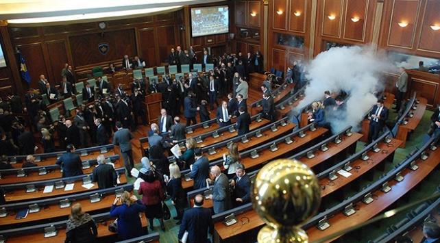 Kosovada meclise gaz bombası atan 4 milletvekiline şartlı hapis cezası