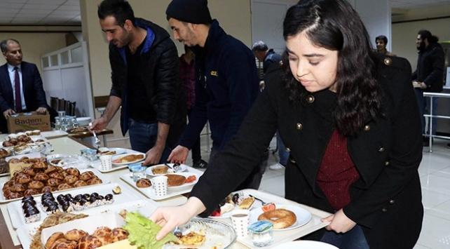 Amasyada sınava çalışan öğrencilere pasta ve börek ikramı
