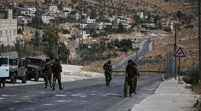 Yahudi yerleşimciler, Filistinlilerin araçlarına taşlarla saldırdı