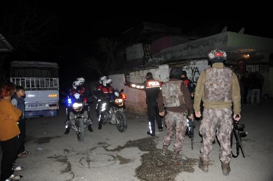 Adana-Mersinde bin polisle şafak baskını: 50 gözaltı