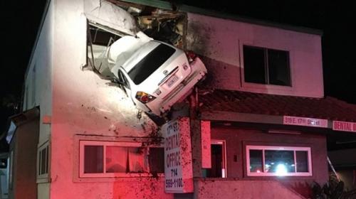 ABDde aşırı hızla giden araç binanın ikinci katına girdi