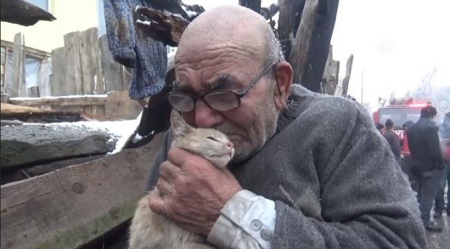 Kedisine sarılıp evinin yanmasını izledi