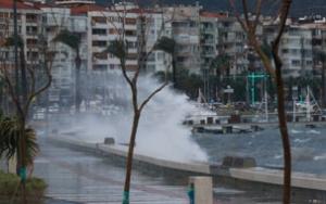İzmirde fırtına nedeniyle deniz taştı
