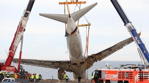 Trabzonda pistten çıkan uçağın çıkarılması için çalışmalar sürüyor