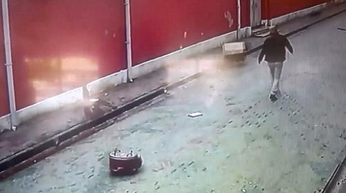 Balkondan düşen fırından son anda kurtuldu