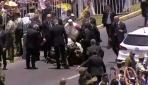Papanın konvoyunda ürken at polisi üzerinden attı