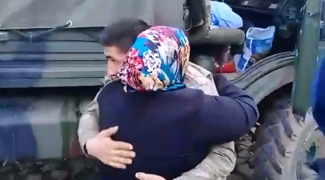 Mehmetçiğin ailesi Afrin konvoyunu durdurup oğullarıyla hellalleşti