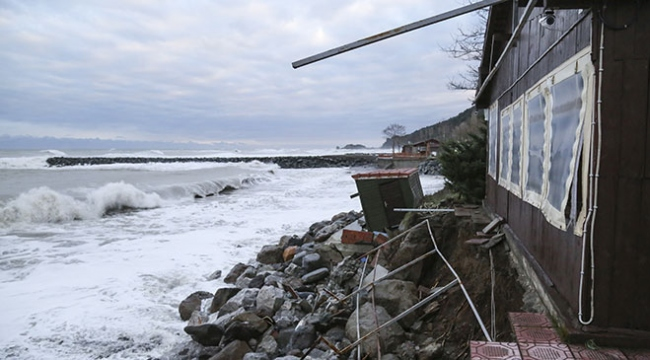 Dev dalgalar yerleşim birimlerine zarar verdi