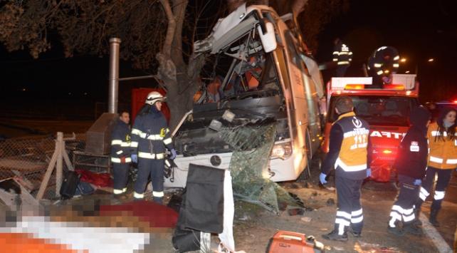 Eskişehirde tur otobüsü ağaca çarptı: 11 ölü, 44 yaralı