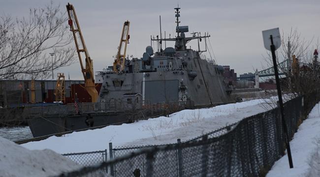 ABD savaş gemisi Montrealde mahsur kaldı