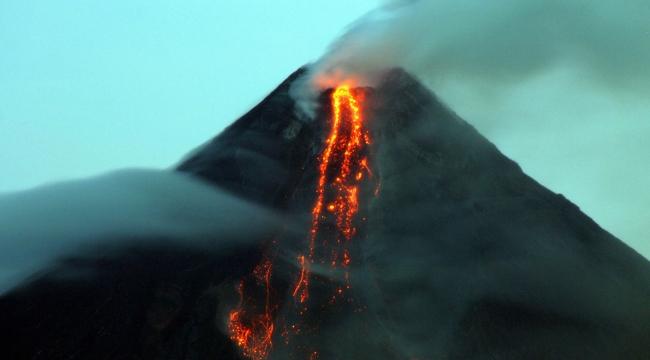 Filipinlerdeki Mayon yanardağı faaliyete geçti