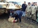 Köylüler sınırda bekleyen askerler için kurban kesti
