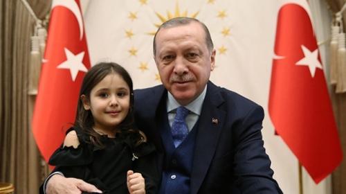 Cumhurbaşkanı Erdoğanı göremediği için ağlayan minik Irmak Külliyede