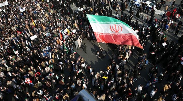 """İranda hükümete olan """"güven kaybı"""" halkı sokağa döktü"""