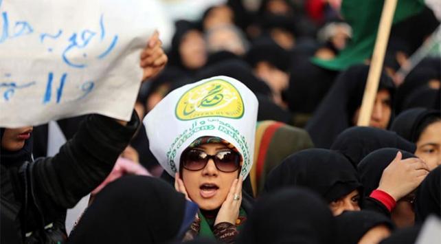 İranda başörtüsü zorunluluğu protesto edildi