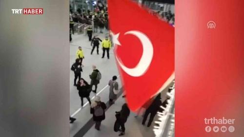 Hollanda'da PYD/PKK yandaşlarının izinsiz gösterisine Türk bayraklı tepki