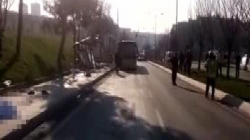 Üsküdar'da otobüs durağa çarptı