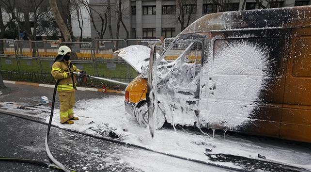 İstanbulda alev alan kargo aracı trafiği kilitledi