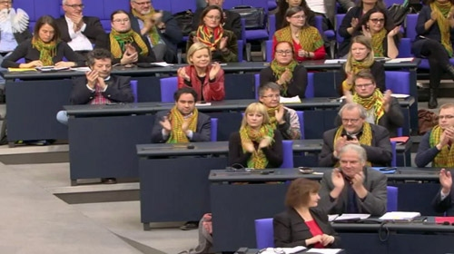 Alman vekiller parlamentoya terör örgütünü simgeleyen fularlarla katıldılar
