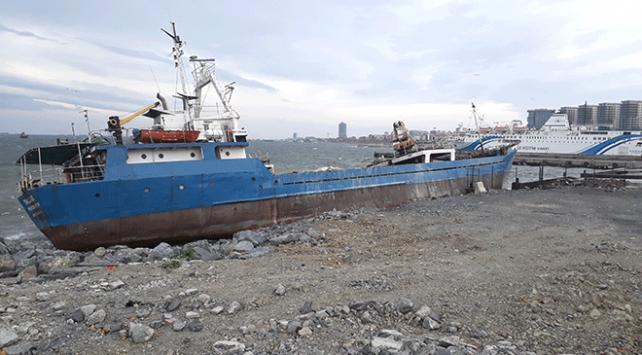 Yük gemisi Zeytinburnunda karaya oturdu