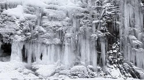 Çin'deki donmuş şelale izleyenleri büyülüyor